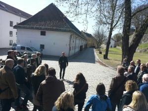 Omvisning på Akershus festning i nydelig vårsol